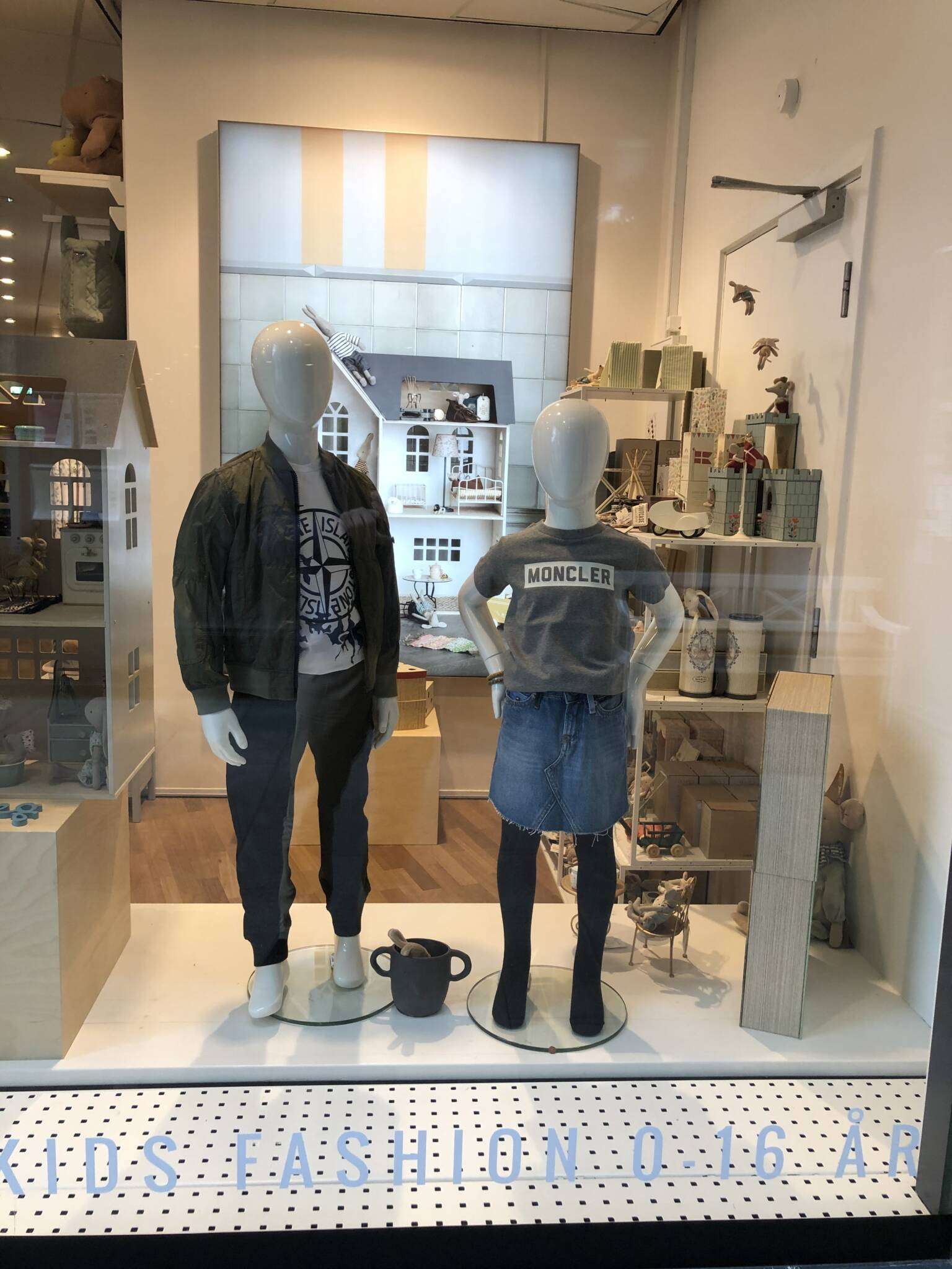 Flotte børne mannequiner i udstilling