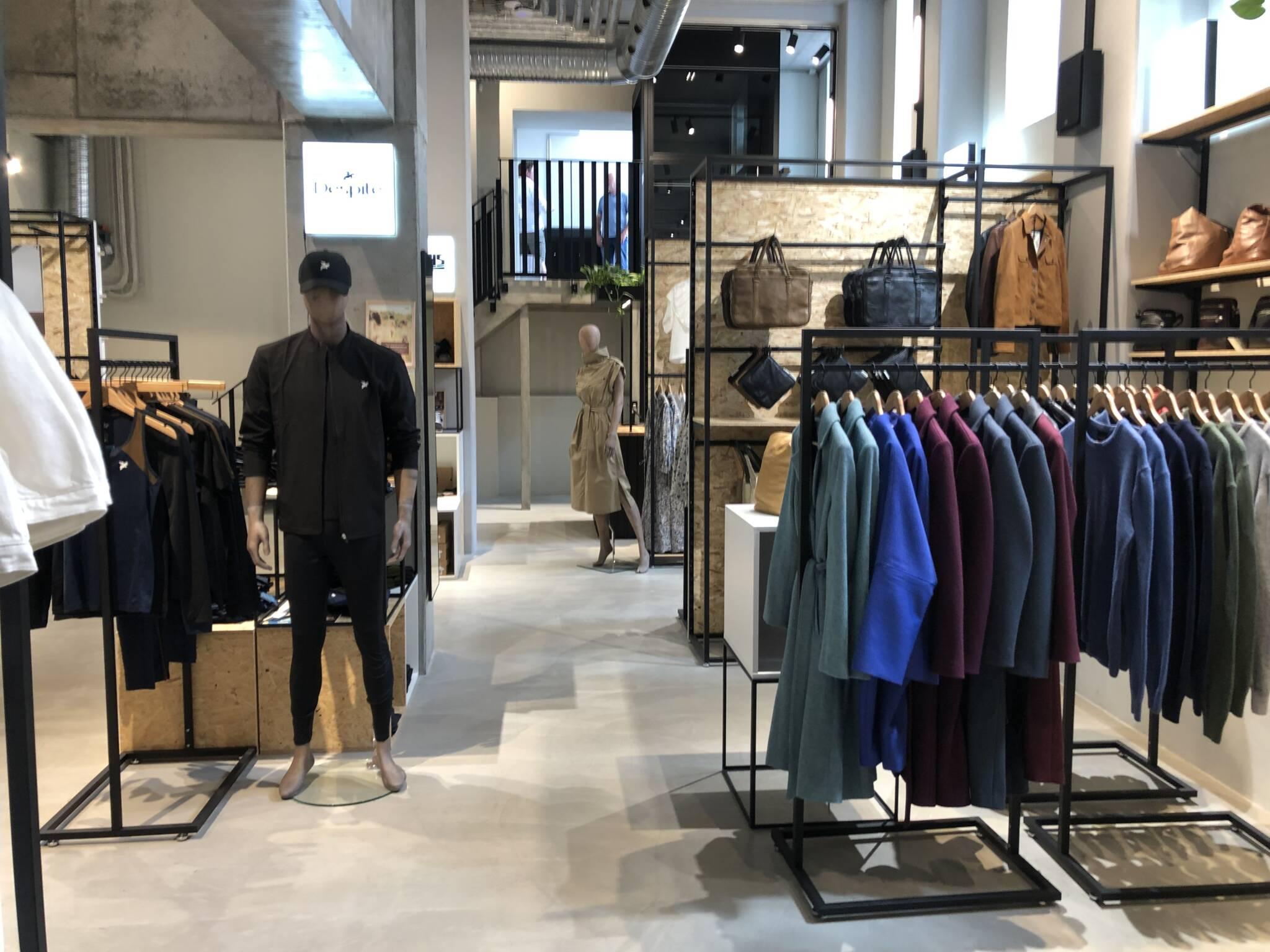 Sort butiksinventar anvendt i stor ny butik i indre København